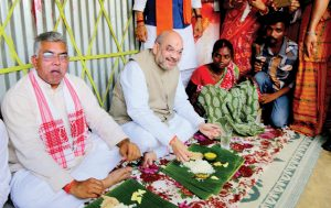 amit-shah-eating-food-in-wb