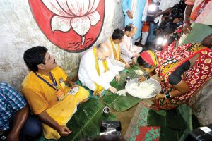 women-serve-food-to-amit-shah